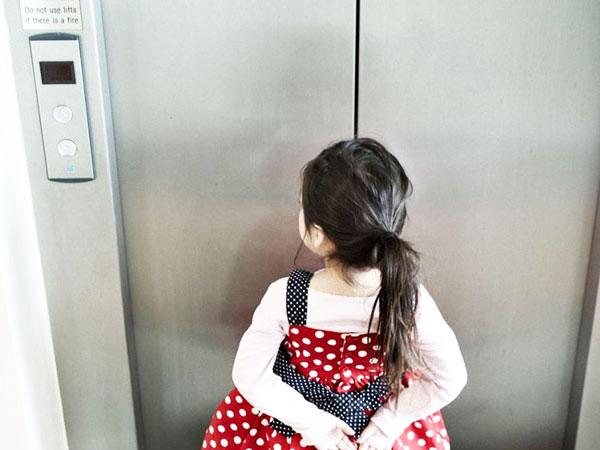 Mẹo giúp trẻ thoát khỏi yêu râu xanh trong thang máy